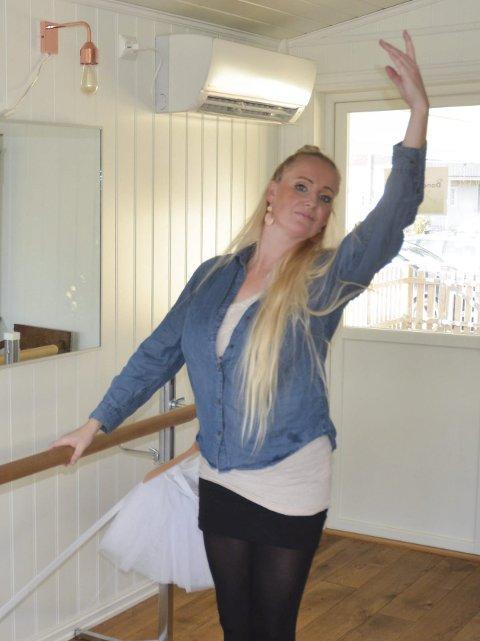 SATSER PÅ DANSESTUDIO: Danser og dansepedagog Ingeborg Trelstad Thomassen satser på danseskole hjemme på Finstadbru. Foto: Roger Ødegård