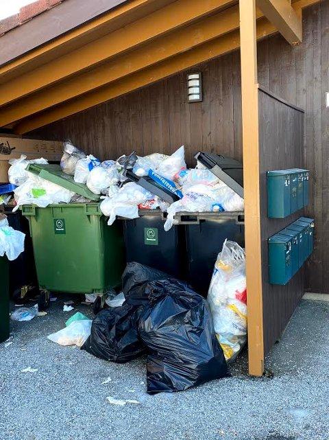 MYE SØPPEL: Slik så det ut ved søppelkassene i Landstadsgate 6B tirsdag før noen kom og ryddet opp.