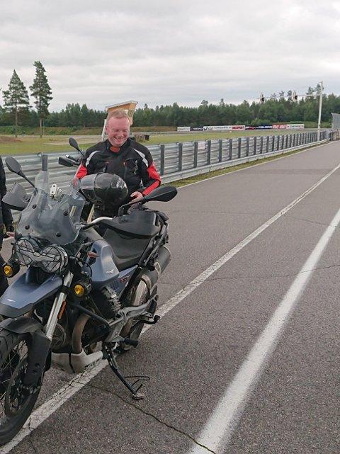 PÅ KURS: Dette bildet tok Tor Moltu av Stein Aage Sørvig da NAF arrangerte «Sikker på MC»-kurs på Vålerbanen i juni 2020.