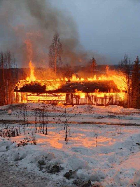 LYS LUE: Det brant godt i den gamle saga like ved Randsfjordvegen i Søndre Land.