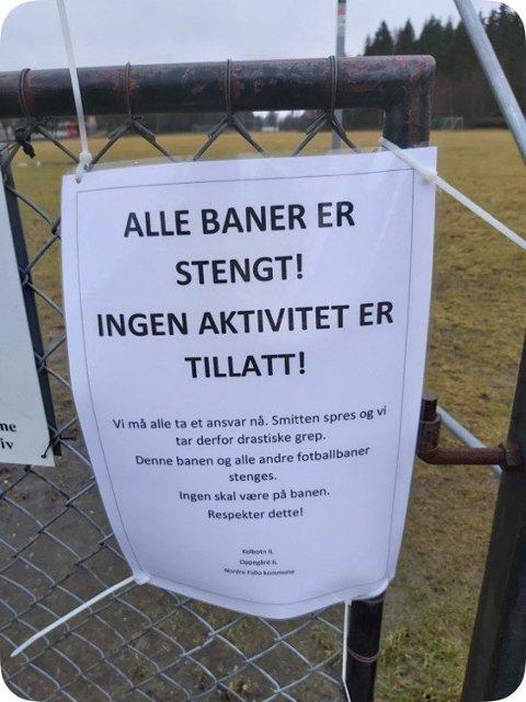 Dette skiltet, eller tilsvarende, henger ved mange fotballbaner, men flere baner blir likevel brukt av både barn og voksne