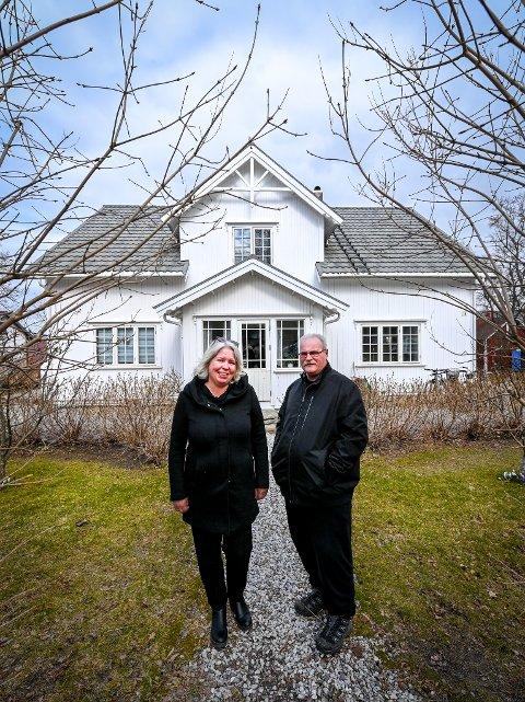 Birger Fredrik Rückstein og Ingeborg Merete Herset selger huset sitt i Movegen på Nesna.