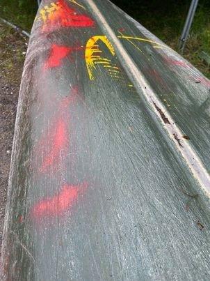 SKADER: - Ettersom det er en plast-komposittkano er det ikke så enkelt å reparere den utslitte kjølen slik at kanoen er tett og sikkerhetsmessig god nok til å legge ut på tur med, sier Jørgen Sando (alle bilder Rjukan speidergruppe)