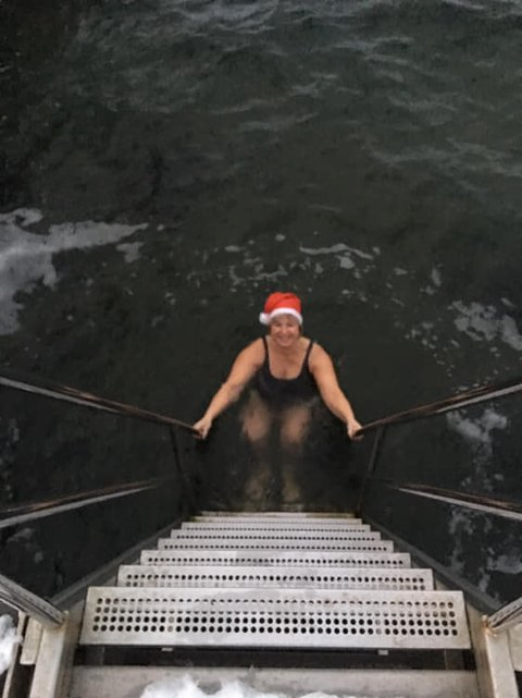 Ordfører Eva Norén Eriksen bader hver mandag så sant hun har tid. Bildet er fra 10.desember da det ble målt 4.8 grader.