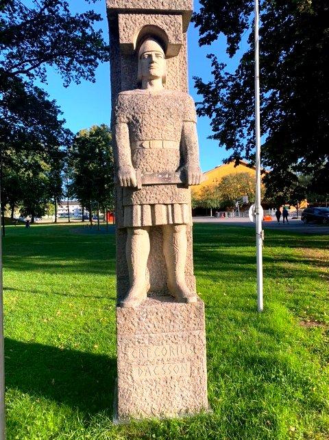 HØVDING I STEIN: Skulpturen av Gregorius Dagsson holder fortsatt stand på Stevneplassen, men hvor lenge?