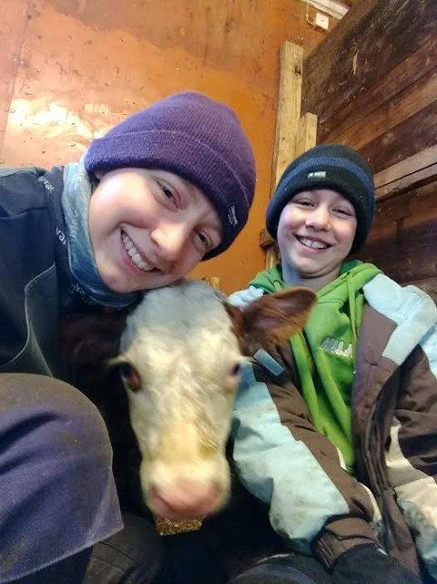 Glad i dyra: Viktoria sammen med søster Kristine og en av de mange kalvene på gården i  Ulnes.