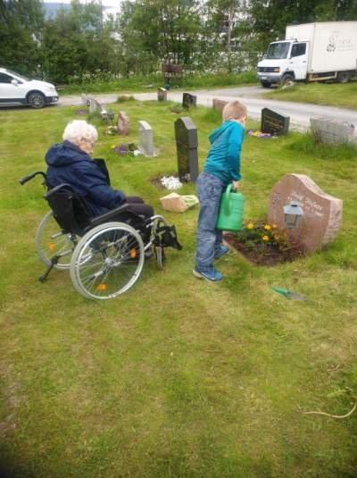 To ganger i året tar Marte Kufaas med seg sin bestemor Asbjørg Kufaas (100) og sønnen Bernhard (8). for å besøke bestefarens grav.