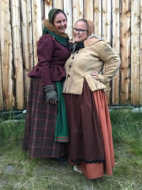 Røroskjærringene Pia Sende og Ann Randi Røstum spiller som del av rørosbefolkningen i Elden.