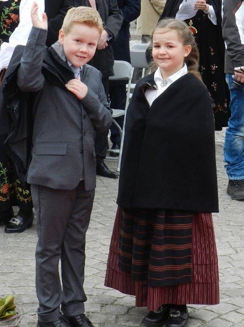 Leon Torptangen og Julie Fredèn Westby gjenjenner noen i folkehavet like før Dronning Sonjas ankommer Torget i Halden.
