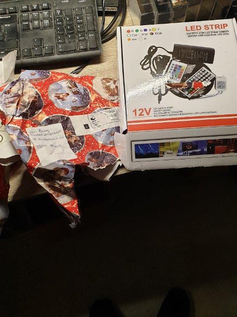 JULEGAVEPAPIR: Jon Bergli Bang mottok kassettene fint innpakket i julegavepapir.