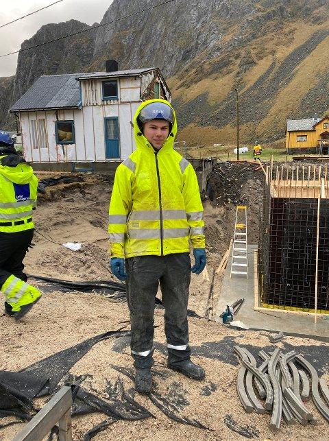 FAGBREVET I BOKS: Mathias Saupstad Pettersen (19) har nylig bestått fagprøven, og kan kalle seg for fagarbeider.