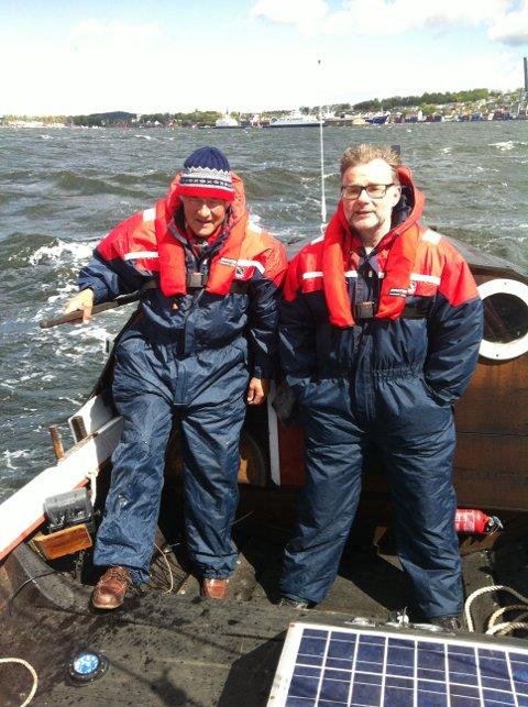 SEILTE OG SEILER FOR MILJØET: Knut Christian Halland (til venstre) og aksjonist Frank-Hugo Storelv på vei ut Værla i en fembøring. Nå er båten på vei til Oslo.