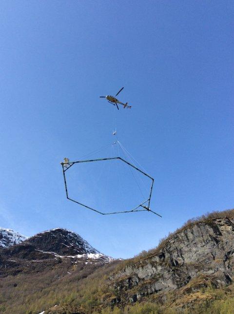 35 METER OVER BAKKEN: I neste uke skal det flys med helikopter over Røros- og Solørbanen for å kartlegge grunnforholdene rundt jernbanen. Foto: Andreas A. Pfaffhuber, EMerald Geomodelling