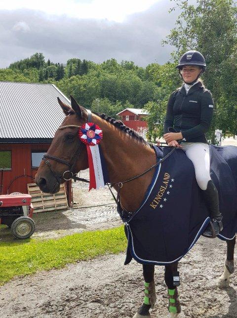 FORNØYDE: Emilie Braathen ser fornøyd på ponnien sin Bay. Det har hun grunn til. Tre førsteplasser ble det i Trondheim i helga.