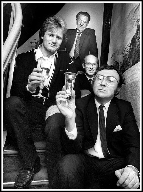 BURSDAGSFEIRING: : Dette bildet tok tidligere SA-fotograf Jarl M. Andersen på Asbølls 40-årslag. Geir Myhre (fra venstre), Arnold Juklerød og Arnfinn Nesset er med på feiringen i Kruses gate i 1985.