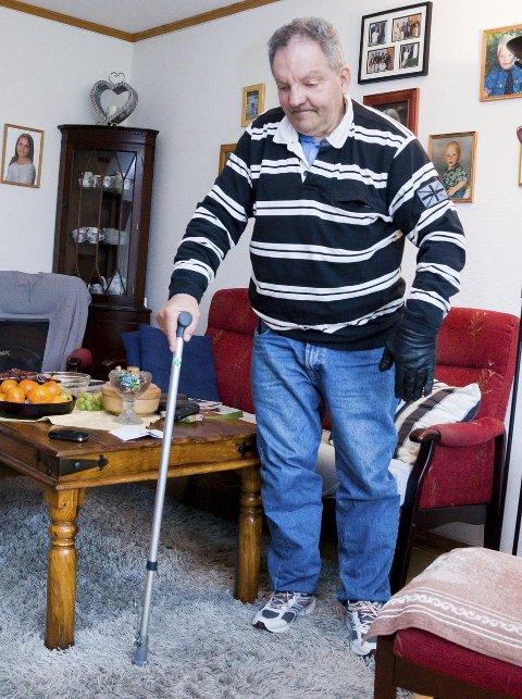 HJEMME: Arild Vestli trenger krykke eller rullator når han skal gå. Han bruker hanske på den ene hånden fordi den er konstant kald etter hjerneslaget.