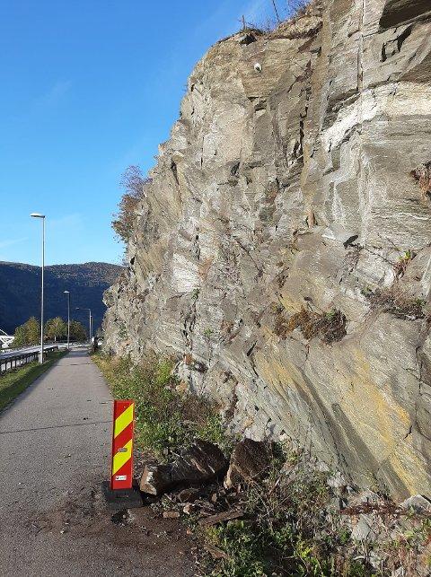 PASS PÅ: Ved Hagalandet i Sogndal har det falle ned fleire steinar på gang- og sykkelvegen.