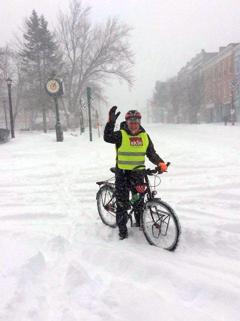 VÆRFAST: Dag Larsen og David Johansen måtte parkere syklene da uværet herjet i mars.