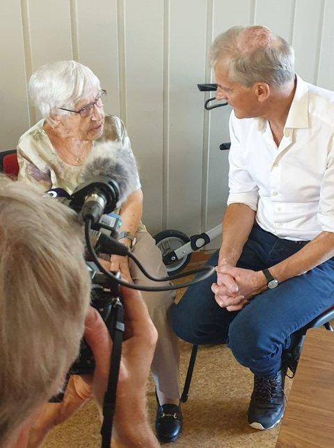 75 ÅR SOM MEDLEM: Torsdag ettermiddag møtte Helga Woll partileder Jonas Gahr Støre på Rostadgården. Der fikk hun overrakt et diplom fra Støre for hennes 75 år som medlem i Arbeiderpartiet.