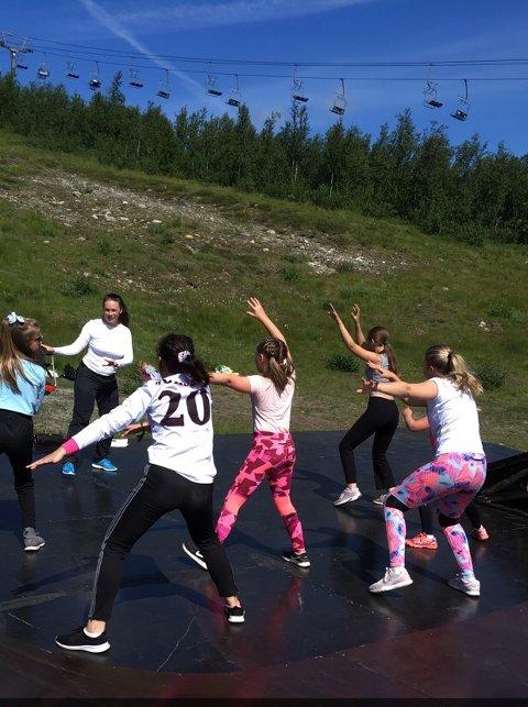 Huldredans: Huldreflokken øver inn huldredans med koreograf Silje Onstad Hålien i alpinbakken på Beitostølen.