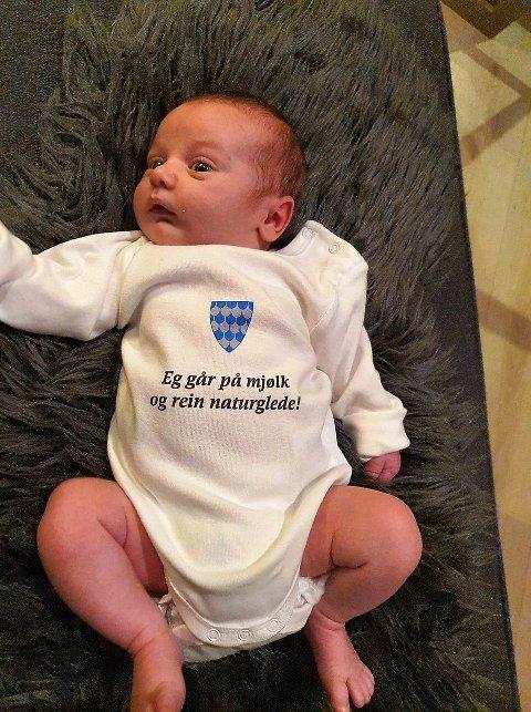 """Den første babyen i Øystre Slidre med """"body"""" fra kommunen. Denne gutten har foreløpig ikke fått navn."""