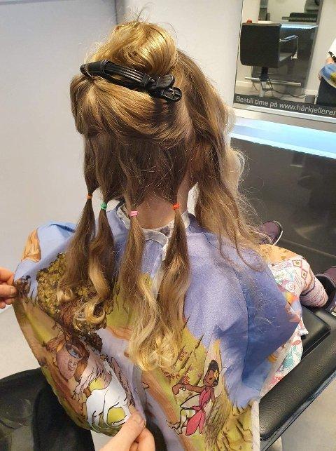HÅRDONOR: Maria Scott (4)  er både stolt og glad for at noen kan bruke håret hennes, og synes det er flott at avklipt hår går til en god sak.