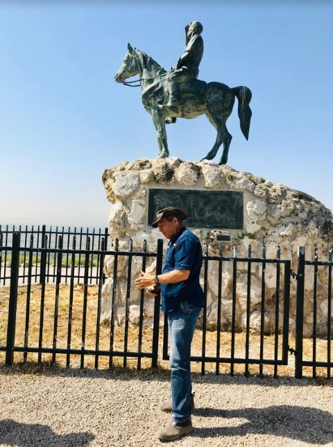 MANGE KAMPER: Reiseleder Yair Sharet foran statuen av en av sine helter i Israels historie, Alexander Said (1886-1938), som blant annet organiserte vakthold for jødiske farmere.
