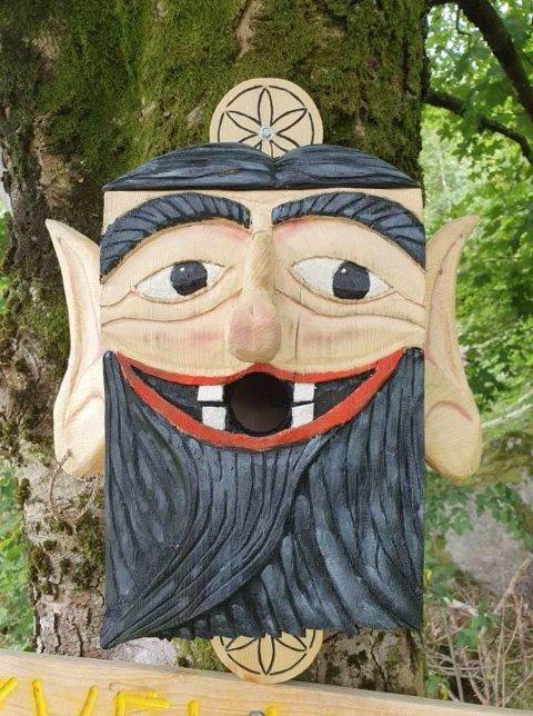Trollet er hengt opp ved turstien i Rosshammeren og vil garantert få folks oppmerksomhet.