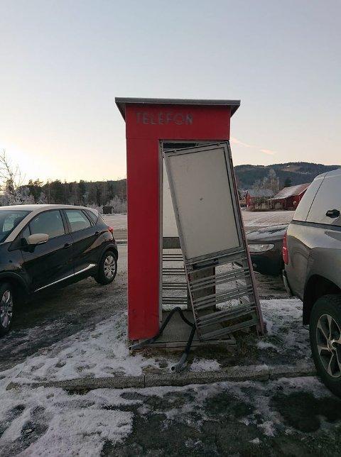 SKAMMENS TEMPEL: Telefonkioskens eier Per Tore Teksum sier at han har latt telefonkiosken stå til forfall i tre år til skam for innbyggerne i Nordre Land. FOTO: RUNE KOMPERUD