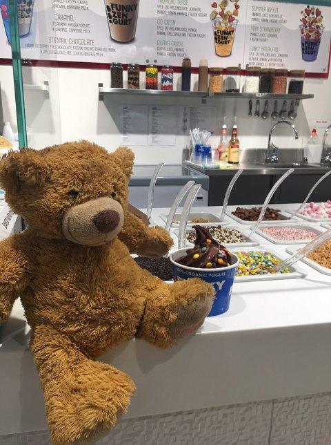 FÅR VIP-BEHANDLING: Bamsen har den siste uka fått oppleve mye spennende på senteret. Her smaker han på en frozen yoghurt.