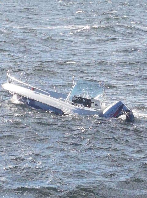 SYNKER: Slik så båten til Jorun Nossum ut da Johnsen la ut innlegget på Facebook. Foto: Dag-Øyvind Johnsen.