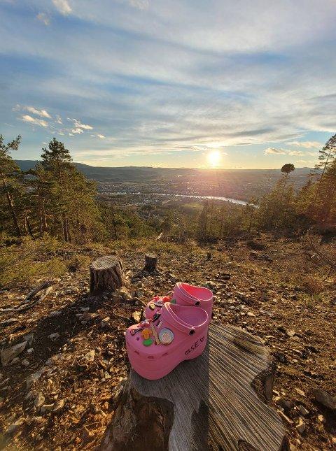 LUKE ÉN: Øvre Eiker kommune kjører en konkurranse hvor publikum kan gjette hvor de rosa crocsa har vært på tur.