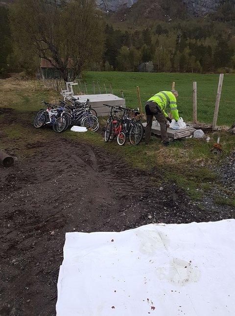 For å få nok syklar reiste Heidi Vallestad og mannen Sigurd Årskaug til Hesjedalen søppelanlegg i Førde for å få fatt i fleire.