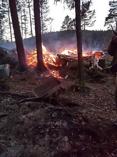VOLDSOMT: Det var voldsomme krefter i sving da et anneks i Aremark brant ned til grunnen mandag ettermiddag. Det lokale brannvesenet stilte med sju mann og fikk kontroll på stedet. Politiet bisto.