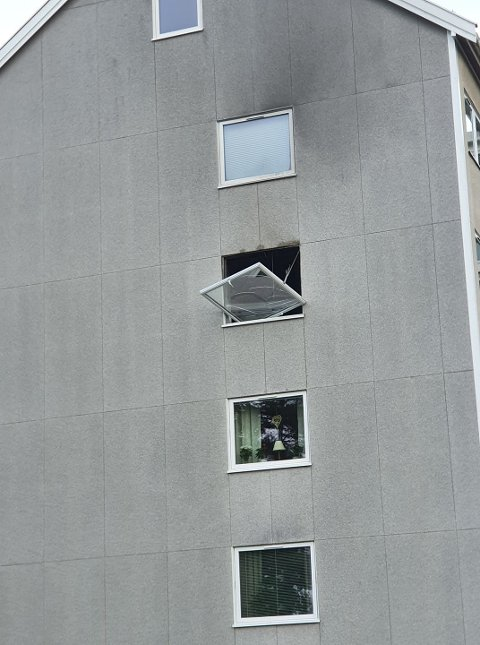EKSPLOSJON: Smellet var så kraftig at ett vindu ble slått ut.