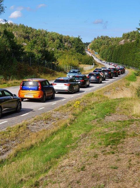 Lang kø på grensa: Bilene står i lang kø på vei over den gamle Svinesundsbrua søndag ettermiddag.