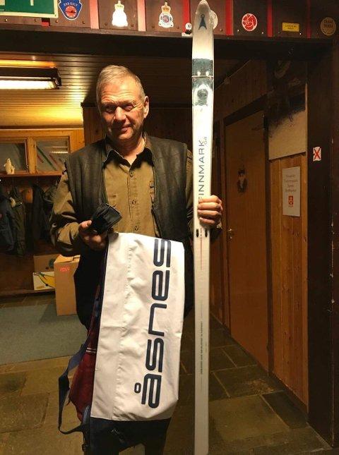 Dommer Gunnar Gundersen, vinner av et par fjellski.