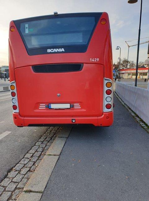 STÅR ULOVLIG: Her står bussen ulovlig parkert. Ruter har nå tatt opp saken med operatøren.