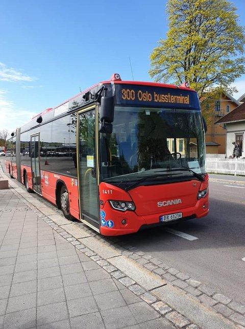 FEILPARKERT: Busser som parkerer i sykkelfeltet har vært et problem i Lillestrøm. På grunn av veiarbeidet ved bussterminalen har bussene mistet mange av plassene sine.