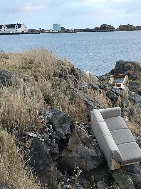 Søppel i fjæra i Rokkvika: En sofa hadde blitt dumpet i fjæra
