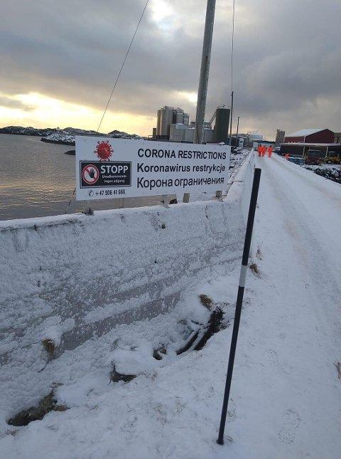 Dette adgang forbudt-skiltet ble satt opp fredag. Nå kommer daglig leder, Jakob Philip Arctander med presiseringer rundt skiltet.