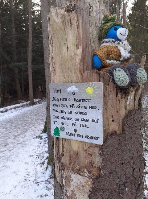 VEKKER BEGEISTRING: Bjørnen Robert i Albyskogen vekker begeistring og sprer glede der han sitter, men ingen vet foreløpig hvem som står bak påfunnet.