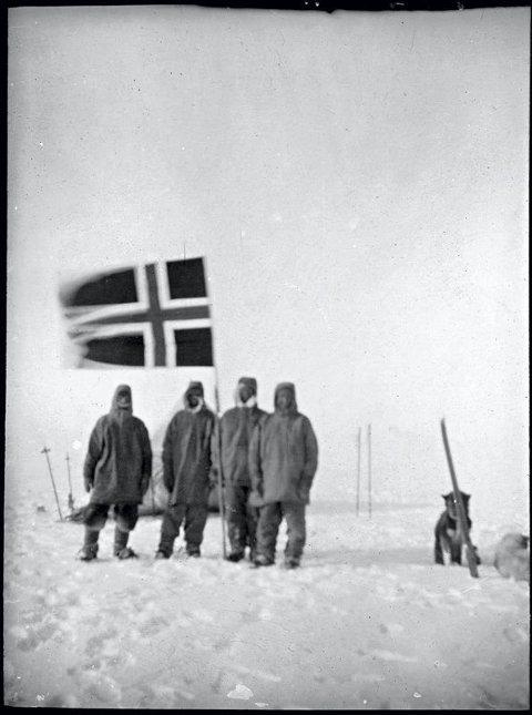 FØRSTEMANN FRAM: Roald Amundsen og hans menn kunne plante det norske flagget på Sydpolen i 1911.