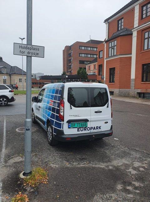 IKKE FEIL: Flere trodde at denne EuroPark-bilen sto feilparkert, men parkeringsvakten har lov til å stå på plassen om det ikke er vanlige parkeringsplasser tilgjengelig.