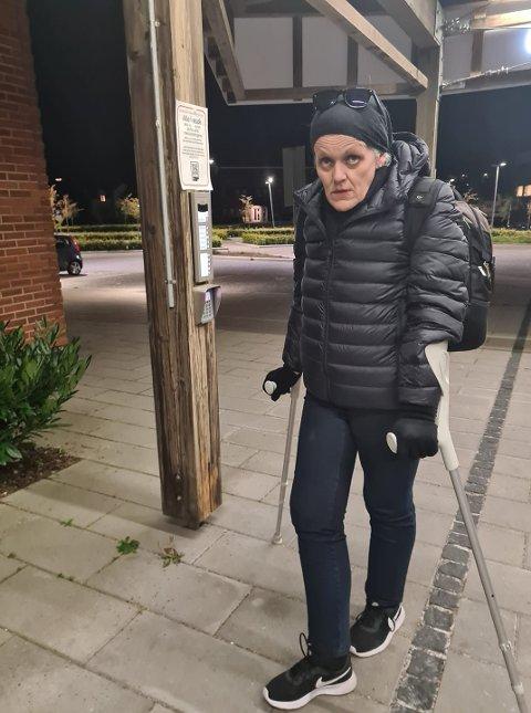 I SANDEFJORD: Marie Madelen Steen er en kjent svindler som i løpet av de siste 28 årene er dømt for over 100 straffbare forhold. Tirsdag prøvde hun å ta seg inn på Sandefjord Medisinske Senter, uten tillatelse. Nå advarer Torunn Vinjarvold som møtte henne i døra, om at de bør være på vakt når de møter kvinnen.