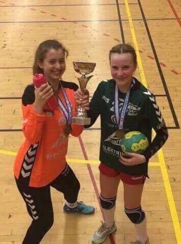 LOVENDE: Målvakten Emilie Taha og kantspilleren Tuva Thulin er to lovende håndballspillere fra Tune IL.