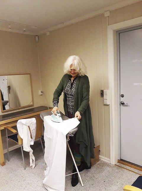 Aktiv: Mer enn 200 kostymer skal ses over. Elisabeth i aksjon.