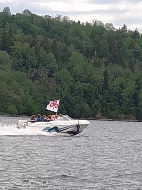 Onsdag kveld ble NKS sin stafettpinne i Kløverstafetten fraktet med båt fra Sunnan til Harøya i Snåsa kommune.