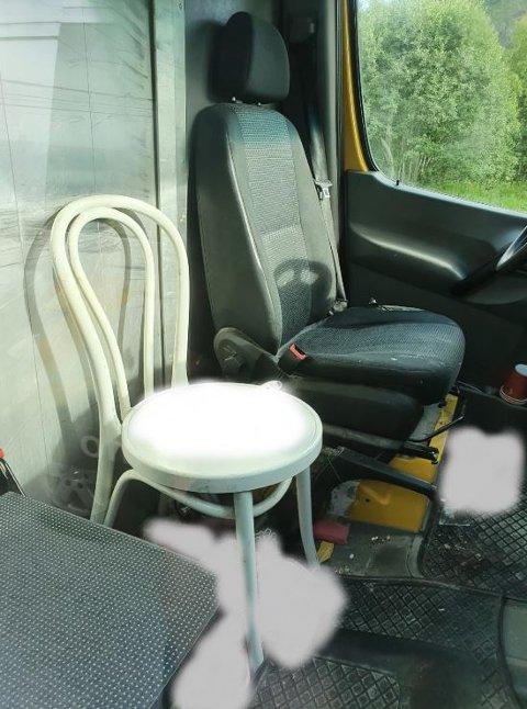 KJØKKENSTOL: BIlføreren hadde satt inn en kjøkkenstol i bilen og plassert sin ti år gamle datter usikret oppå.