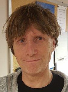 Rune Nielsen er lærer og ber om at flere kloke ungdommer frontes i mediene og på TV.